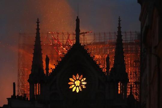 Sốc:  Nhà thờ Đức Bà Paris bất ngờ bốc cháy dữ dội - ảnh 4