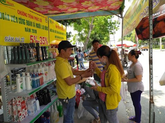 Long An: 6.000 công nhân mua sắm tại Phiên chợ giá tốt - Ảnh 1.