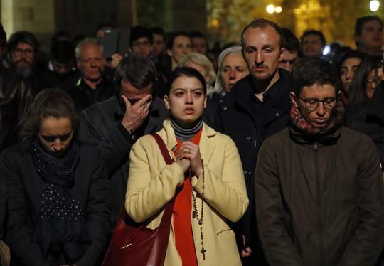 Cháy Nhà thờ Đức Bà Paris: Các lãnh đạo thế giới đề nghị hỗ trợ Pháp - Ảnh 2.