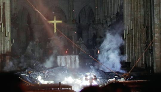 """Cháy Nhà thờ Đức Bà Paris: """"Phép mầu"""" giữa đống tro tàn - Ảnh 1."""