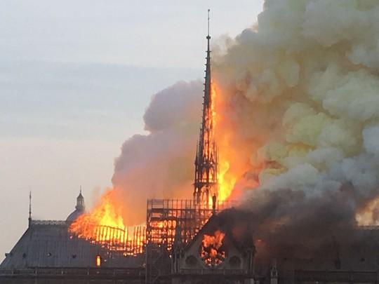 """Cháy Nhà thờ Đức Bà Paris: """"Phép mầu"""" giữa đống tro tàn - Ảnh 2."""