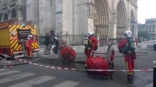 Cháy Nhà thờ Đức Bà ở Paris: Vì sao không thể chữa cháy từ trên không? - ảnh 3