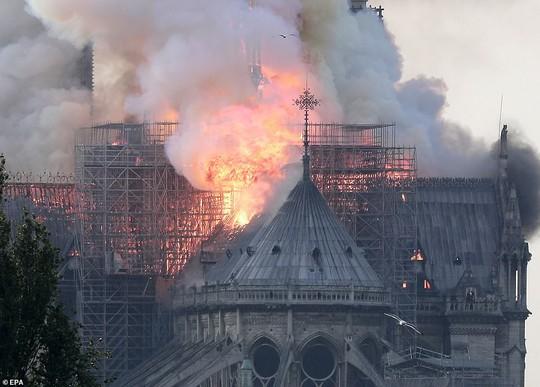 Cháy Nhà thờ Đức Bà ở Paris: Vì sao không thể chữa cháy từ trên không? - ảnh 4