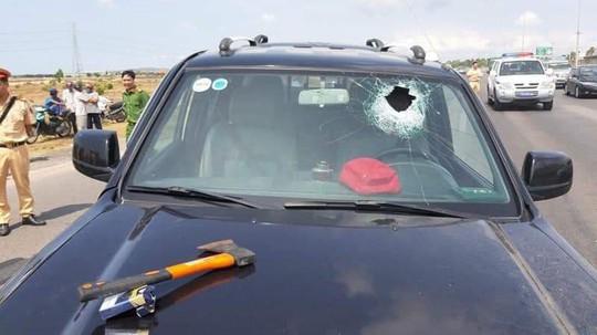 Tài xế dùng búa tấn công người, đâm xe vào CSGT khiến 2 chiến sĩ bị thương - Ảnh 2.