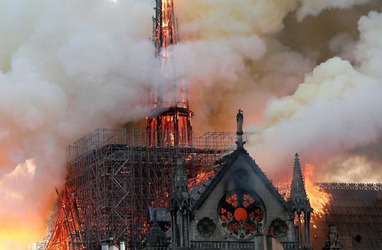 """Cháy Nhà thờ Đức Bà Paris: Linh mục Pháp được ca ngợi """"người hùng"""" là ai? - Ảnh 3."""