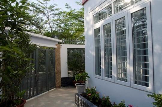 21 cửa kính giúp ngôi nhà Sài Gòn không có góc nào tối - Ảnh 2.
