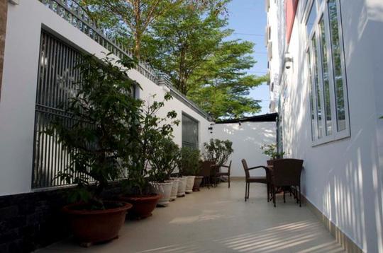 21 cửa kính giúp ngôi nhà Sài Gòn không có góc nào tối - Ảnh 3.