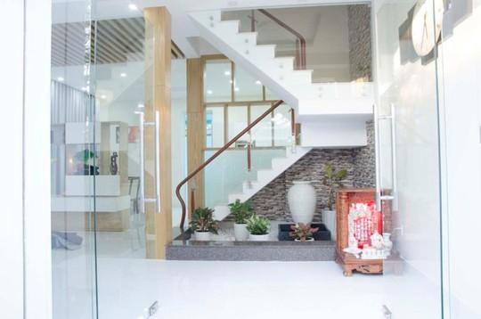 21 cửa kính giúp ngôi nhà Sài Gòn không có góc nào tối - Ảnh 4.