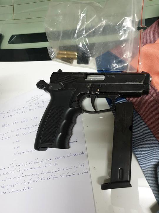 TP HCM: Bắt băng chạy xế hộp thủ súng ngắn vào quán bar bán ma túy - Ảnh 4.
