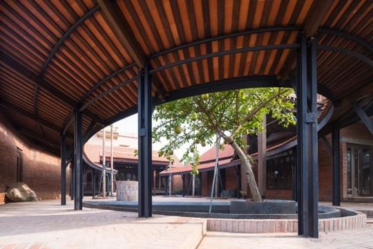Ngôi nhà như ruộng mấp mô đạt giải vàng kiến trúc Việt Nam - Ảnh 2.