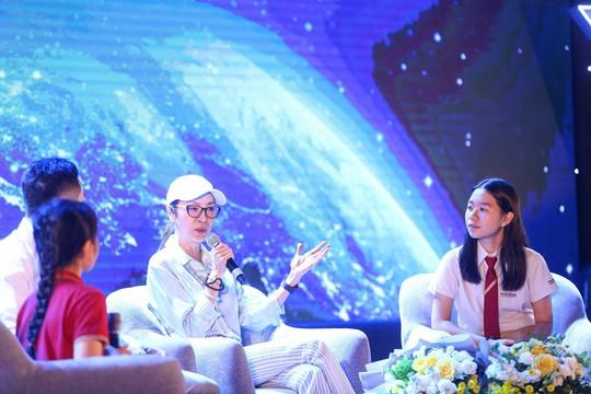 Đả nữ Hollywood nhắc bố mẹ Việt đội mũ bảo hiểm cho con - Ảnh 2.