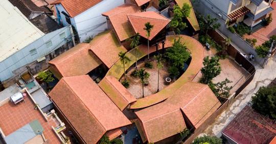 Ngôi nhà như ruộng mấp mô đạt giải vàng kiến trúc Việt Nam - Ảnh 1.
