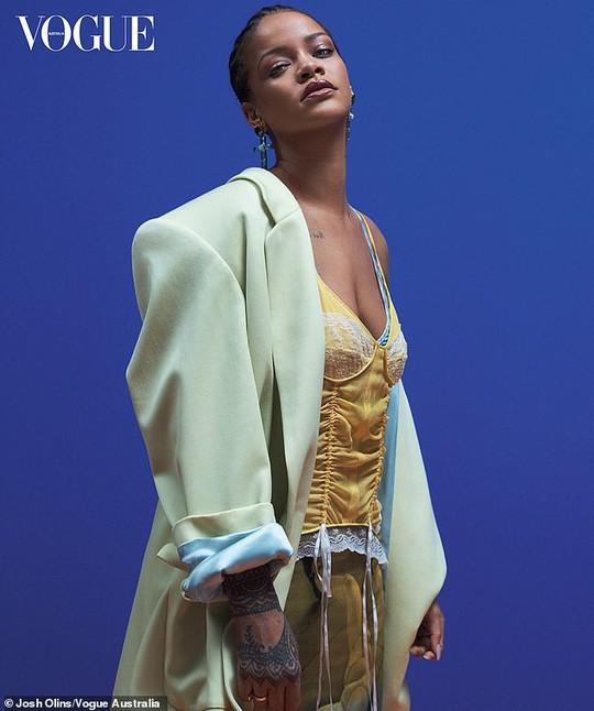 Rihanna đầy quyền lực trên tạp chí Vogue - Ảnh 4.