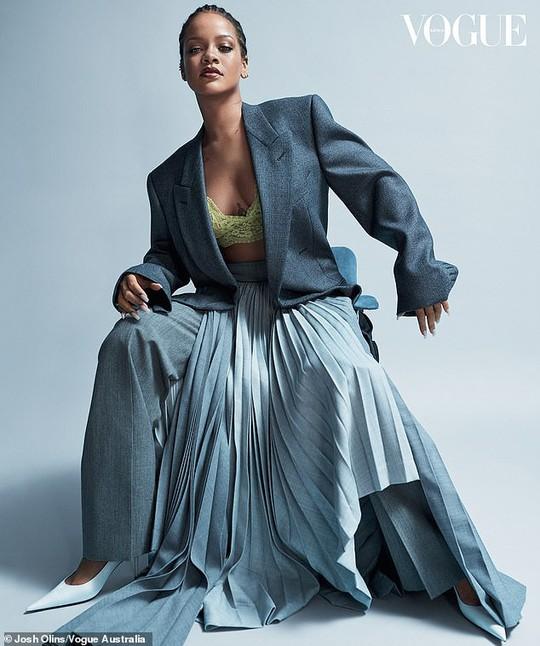 Rihanna đầy quyền lực trên tạp chí Vogue - Ảnh 3.