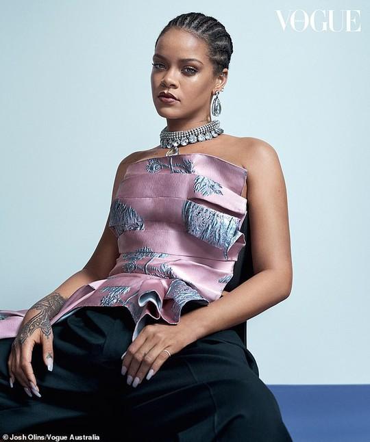 Rihanna đầy quyền lực trên tạp chí Vogue - Ảnh 2.
