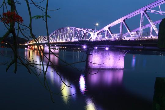 Ngắm cầu Trường Tiền lung linh trong đêm - Ảnh 1.
