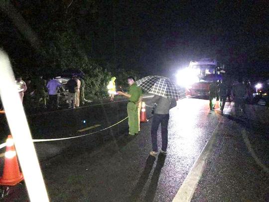 Xe khách tông trực diện xe con, 2 người tử vong kẹt trong xe - Ảnh 2.