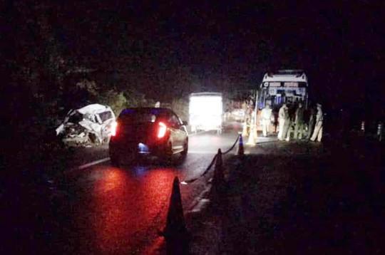 Xe khách tông trực diện xe con, 2 người tử vong kẹt trong xe - Ảnh 1.