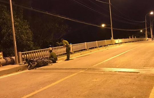 TP HCM: Tông vào hành lang cầu, 2 người trên xe máy thiệt mạng - Ảnh 1.