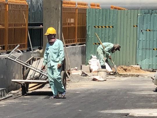 Công nhân đốt mình dưới nắng nóng - Ảnh 2.