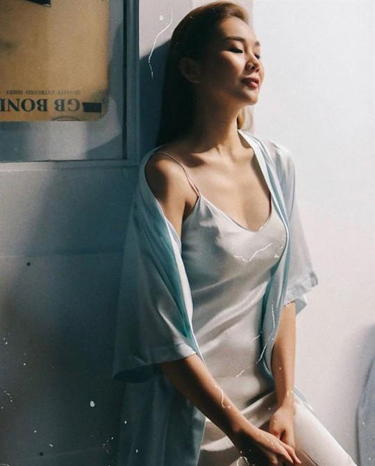 Thời trang tránh nắng nóng của sao Việt - Ảnh 1.