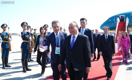Thủ tướng đến Bắc Kinh, bắt đầu chuyến tham dự Diễn đàn Vành đai và Con đường - Ảnh 5.