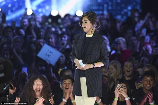 Selena Gomez tái xuất sau 10 tháng điều trị Lupus ban đỏ - Ảnh 4.
