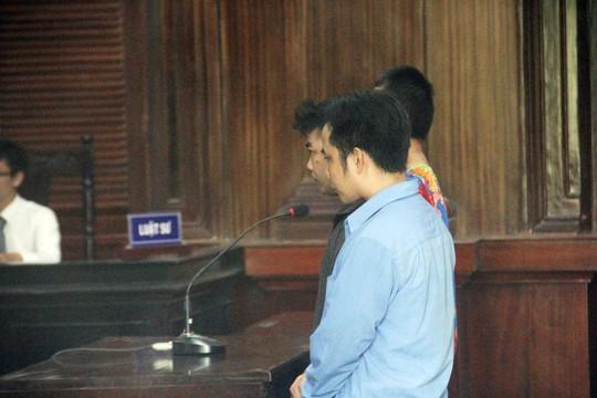 Ba người náo loạn phiên tòa, đánh kiểm sát viên lãnh án - Ảnh 1.