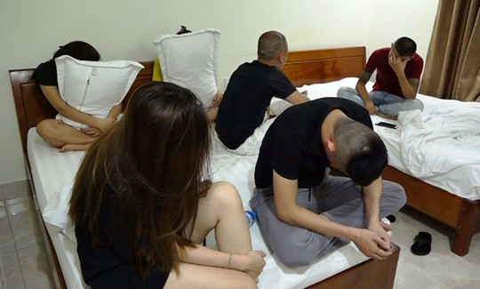 Hơn 120 công an ập vào quán karaoke và khách sạn, bắt hàng chục đối tượng gái gọi và bay lắc - Ảnh 2.