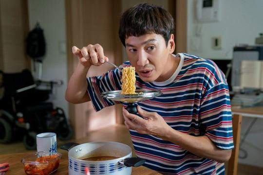Hươu cao cổ Lee Kwang Soo rạng rỡ tại TP HCM - Ảnh 4.