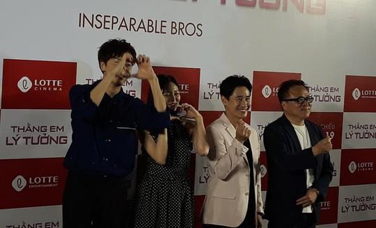 Hươu cao cổ Lee Kwang Soo rạng rỡ tại TP HCM - Ảnh 2.