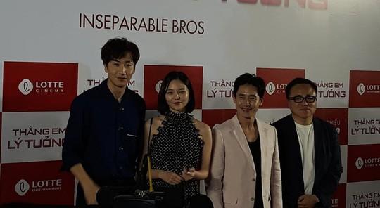Hươu cao cổ Lee Kwang Soo rạng rỡ tại TP HCM - Ảnh 3.