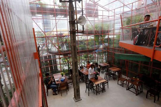 Độc lạ quán cà phê giàn giáo, khách tò mò ở TP HCM - Ảnh 8.