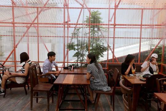 Độc lạ quán cà phê giàn giáo, khách tò mò ở TP HCM - Ảnh 9.
