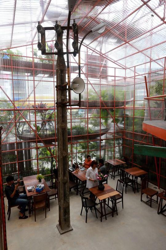 Độc lạ quán cà phê giàn giáo, khách tò mò ở TP HCM - Ảnh 13.