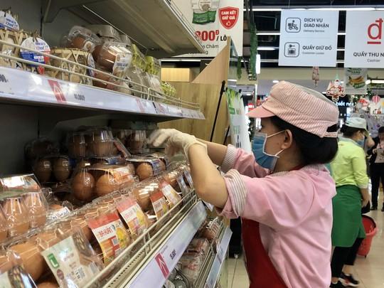Người dân TP HCM ùn ùn vào siêu thị, trung tâm thương mại trốn nóng - Ảnh 1.