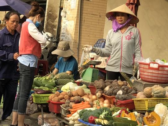 Thực phẩm tăng khiến đời sống công nhân thêm chật vật - Ảnh 1.