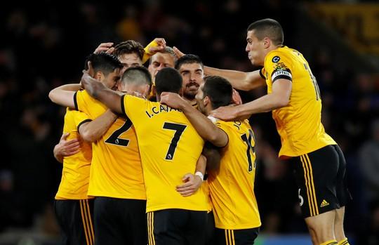 Vua thẻ ra oai, Man United gục ngã trước Wolverhampton - Ảnh 2.