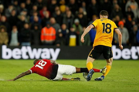 Vua thẻ ra oai, Man United gục ngã trước Wolverhampton - Ảnh 6.