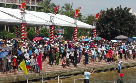 Hàng ngàn người dân đội nắng đứng dọc sông, reo hò cổ vũ