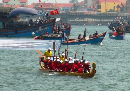 Nhiều thuyền đua tranh tài gay cấn