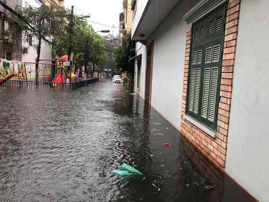 Hà Nội ngập sâu, sinh hoạt của người dân đảo lộn sau cơn mưa lớn - Ảnh 5.