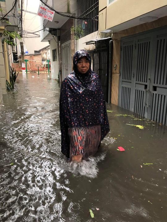 Hà Nội ngập sâu, sinh hoạt của người dân đảo lộn sau cơn mưa lớn - Ảnh 1.
