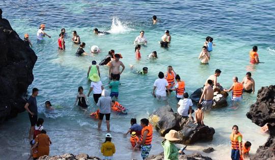 Bất chấp nắng nóng dòng người vẫn đổ về đảo Lý Sơn để giải nhiệt - Ảnh 2.
