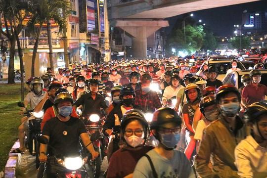 TP HCM: Hàng ngàn người đổ dồn xem pháo hoa, nhiều tuyến đường kẹt cứng - Ảnh 2.