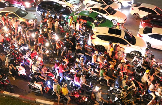 TP HCM: Hàng ngàn người đổ dồn xem pháo hoa, nhiều tuyến đường kẹt cứng - Ảnh 3.