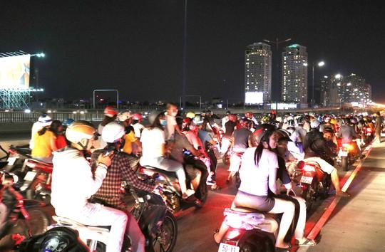 TP HCM: Hàng ngàn người đổ dồn xem pháo hoa, nhiều tuyến đường kẹt cứng - Ảnh 8.