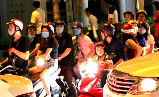 TP HCM: Hàng ngàn người đổ dồn xem pháo hoa, nhiều tuyến đường kẹt cứng - Ảnh 5.