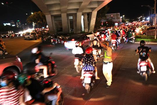 TP HCM: Hàng ngàn người đổ dồn xem pháo hoa, nhiều tuyến đường kẹt cứng - Ảnh 6.