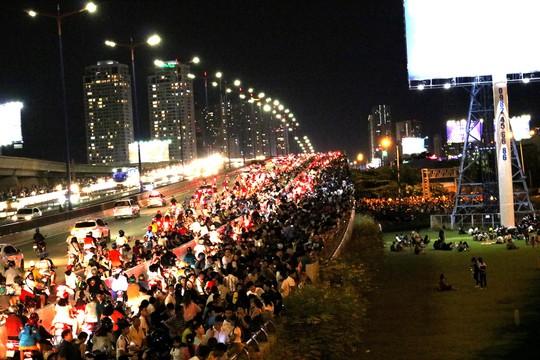 TP HCM: Hàng ngàn người đổ dồn xem pháo hoa, nhiều tuyến đường kẹt cứng - Ảnh 1.